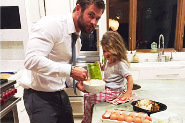 Chris-Hemsworth-baking-birthday-cakeHeader-2